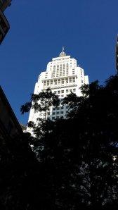 Esse mundo é nosso. O prédio tem inspiração arquitetônica no Empire State de New York.
