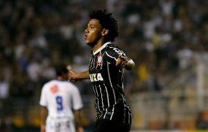 Romarinho foi o destaque marcando dois gols.  Foto: Rafael Neddermeyer / Fotoarena/Folhapress