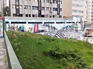 Muro na entrada da Paulista sentido contrário a Vergueiro.