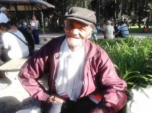 Seu José, mineiro que veio há 50 anos para São Paulo, de dia lê seu livro no banco do Parque da Luz; à noite, tem dias, que dorme com os moradores de rua da região. (Foto: Renata Leite)