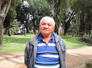Seu Luiz, que mora em Santo André, conta que seu passeio preferido é passear pelo parque e alimentar os pombos (mesmo reconhecendo que os bichos podem transmitir doenças). (Foto: Renata Leite)