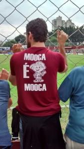 Torcedor assiste ao jogo com sua camisa da Mooca/Juventus (Foto: Sergio Ricardo)