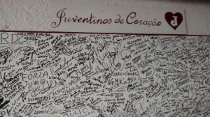 Quadro na entrada do campo, preenchido com nomes de torcedores do Juventus de todas as gerações. (Foto: Sergio Ricardo)